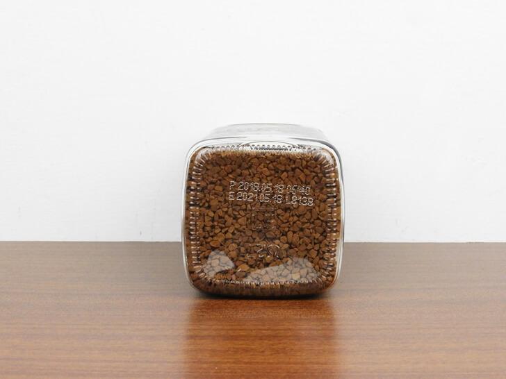 罐子底部看即溶咖啡顆粒